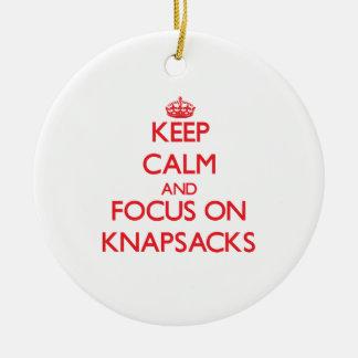Guarde la calma y el foco en las mochilas ornamento para arbol de navidad