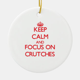 Guarde la calma y el foco en las muletas adorno navideño redondo de cerámica