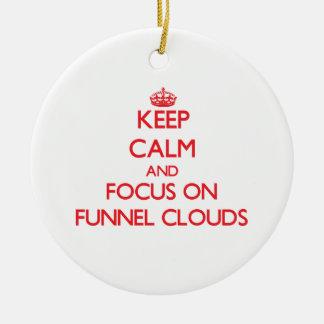 Guarde la calma y el foco en las nubes del embudo ornamento para arbol de navidad