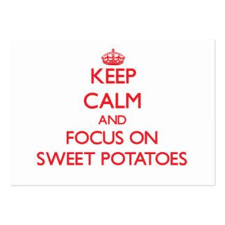 Guarde la calma y el foco en las patatas dulces tarjetas de visita grandes