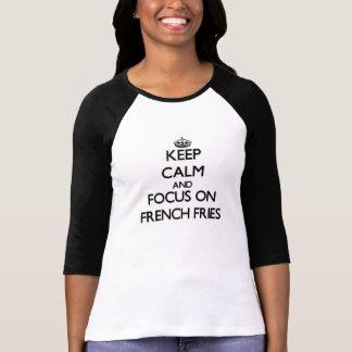 Guarde la calma y el foco en las patatas fritas camisetas