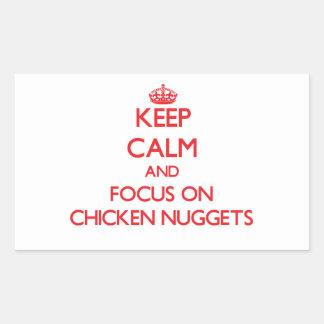 Guarde la calma y el foco en las pepitas de pollo pegatina rectangular