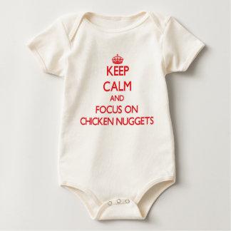 Guarde la calma y el foco en las pepitas de pollo trajes de bebé