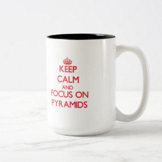 Guarde la calma y el foco en las pirámides taza