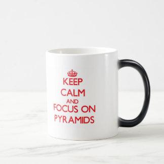 Guarde la calma y el foco en las pirámides taza de café