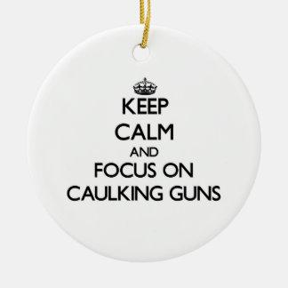 Guarde la calma y el foco en las pistolas para cal ornamentos de navidad