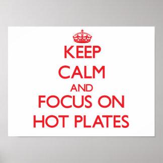 Guarde la calma y el foco en las placas calientes posters