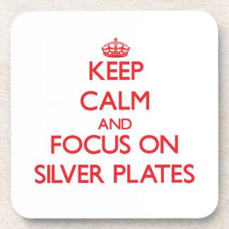 Guarde la calma y el foco en las placas de plata posavasos de bebidas