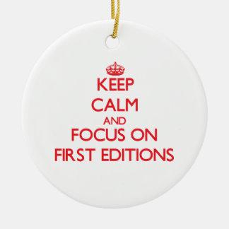 Guarde la calma y el foco en las PRIMERAS EDICIONE Ornamento De Navidad