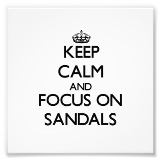 Guarde la calma y el foco en las sandalias impresion fotografica