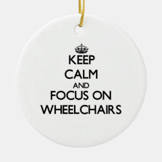 Guarde la calma y el foco en las sillas de ruedas adorno redondo de cerámica