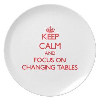 Guarde la calma y el foco en las tablas cambiantes platos de comidas