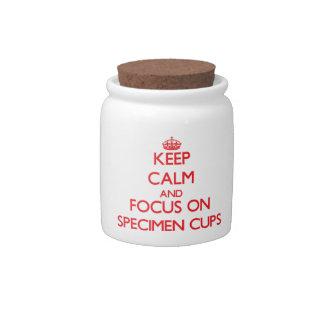 Guarde la calma y el foco en las tazas del espécim jarras para caramelos