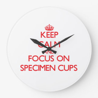Guarde la calma y el foco en las tazas del espécim reloj de pared