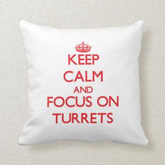 Guarde la calma y el foco en las torrecillas almohada