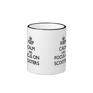 Guarde la calma y el foco en las vespas taza de café