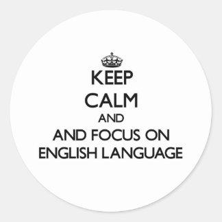 Guarde la calma y el foco en lengua inglesa pegatina redonda