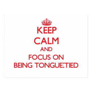 Guarde la calma y el foco en Lengua-Ser atado Postales