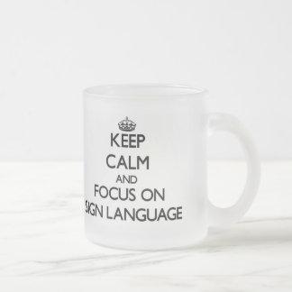 Guarde la calma y el foco en lenguaje de signos taza