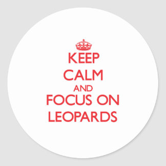 Guarde la calma y el foco en leopardos pegatina redonda