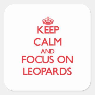 Guarde la calma y el foco en leopardos pegatina cuadrada