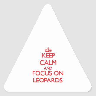 Guarde la calma y el foco en leopardos pegatina triangular