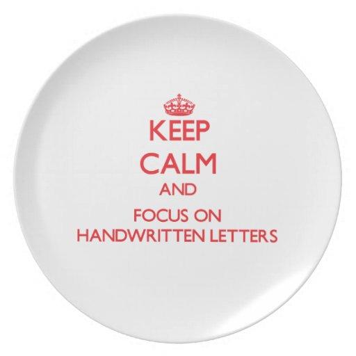Guarde la calma y el foco en letras manuscritas plato para fiesta
