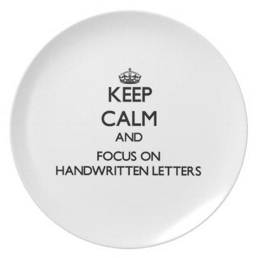 Guarde la calma y el foco en letras manuscritas platos