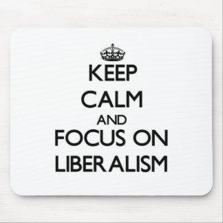 Guarde la calma y el foco en liberalismo alfombrilla de ratón