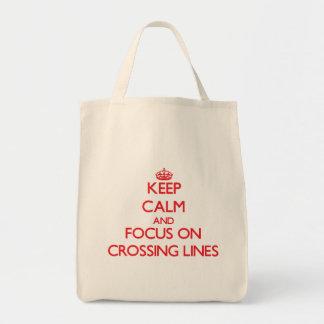 Guarde la calma y el foco en líneas de la travesía bolsa lienzo