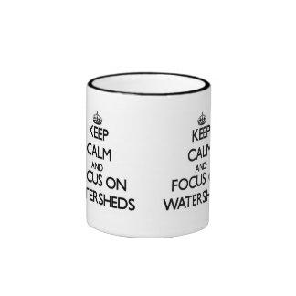 Guarde la calma y el foco en líneas divisoria de l tazas de café