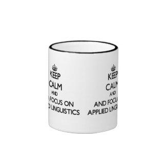 Guarde la calma y el foco en lingüística aplicada taza de café