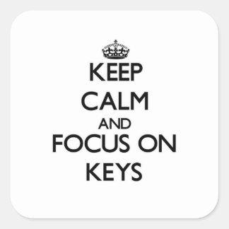 Guarde la calma y el foco en llaves pegatina cuadrada
