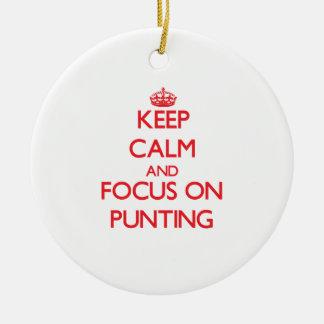 Guarde la calma y el foco en llevar en batea adorno navideño redondo de cerámica