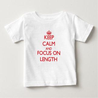 Guarde la calma y el foco en longitud t-shirt
