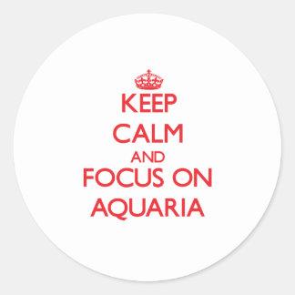 Guarde la calma y el foco en los ACUARIOS Pegatinas Redondas