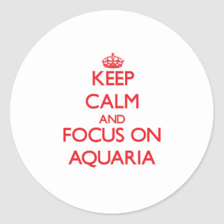 Guarde la calma y el foco en los ACUARIOS Pegatina Redonda