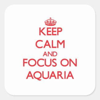 Guarde la calma y el foco en los ACUARIOS Calcomanía Cuadrada Personalizada
