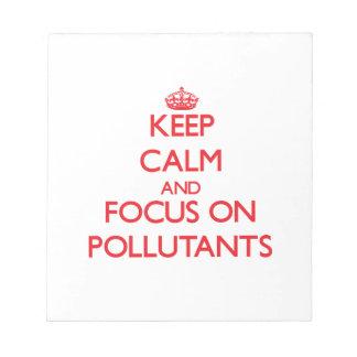 Guarde la calma y el foco en los agentes contamina libretas para notas