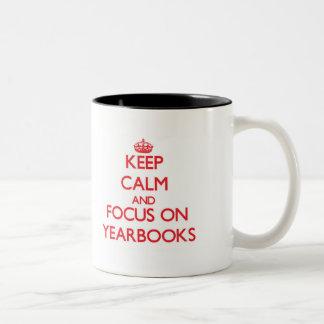 Guarde la calma y el foco en los anuarios taza de dos tonos