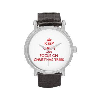 Guarde la calma y el foco en los árboles de navida