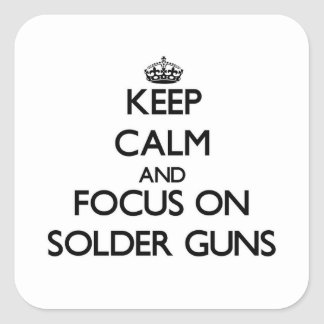 Guarde la calma y el foco en los armas de la pegatina cuadrada