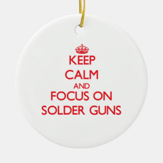 Guarde la calma y el foco en los armas de la solda