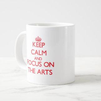 Guarde la calma y el foco en los artes taza grande
