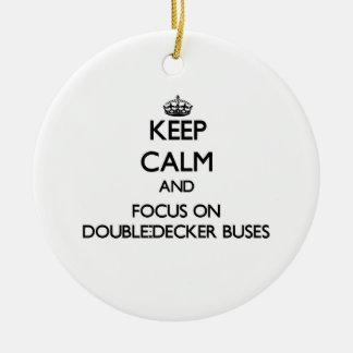 Guarde la calma y el foco en los autobuses de dos adornos de navidad