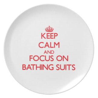 Guarde la calma y el foco en los bañadores platos para fiestas