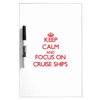 Guarde la calma y el foco en los barcos de crucero tablero blanco