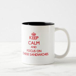 Guarde la calma y el foco en los bocadillos del taza de café de dos colores