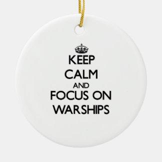 Guarde la calma y el foco en los buques de guerra adorno redondo de cerámica