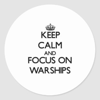 Guarde la calma y el foco en los buques de guerra etiquetas redondas